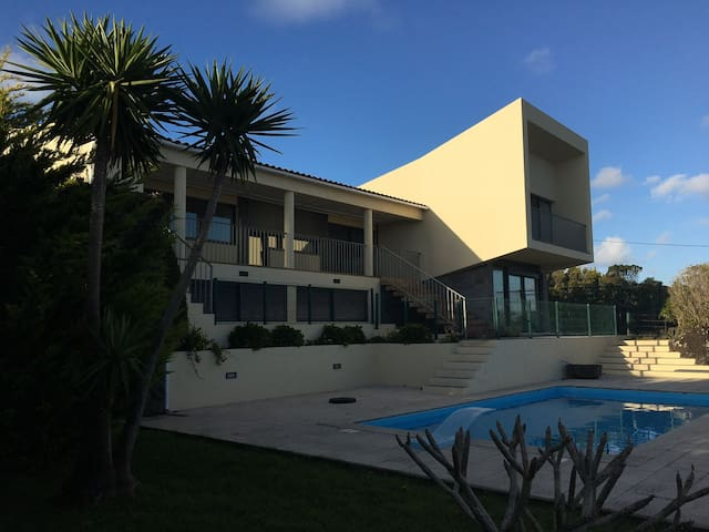 Casa do Coronel - piscina e vista sobre o oceano - Feteira - บ้าน