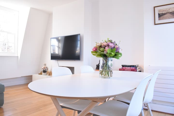 Beautifully Bright 1  Bed in Angel with Balcony