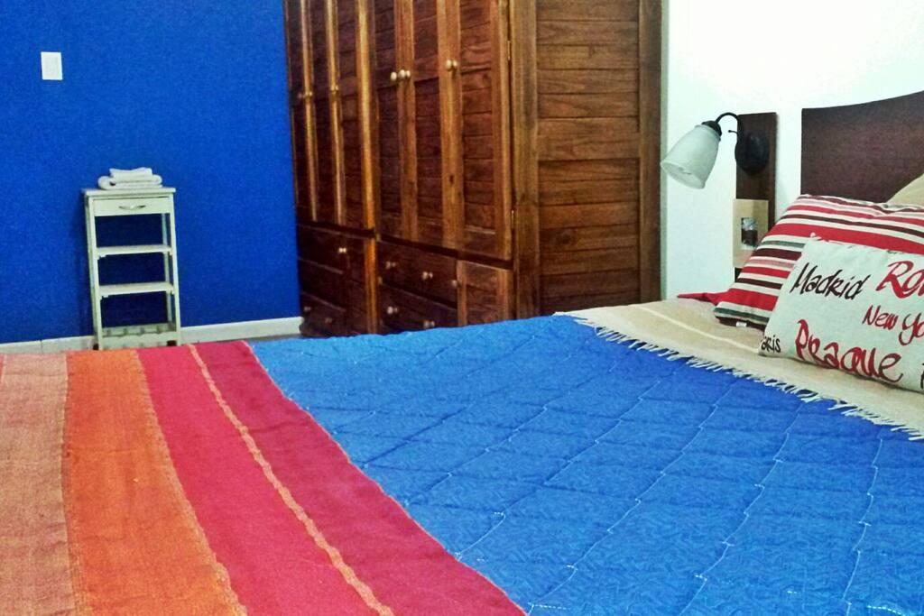 Amplio dormitorio con cama matrimonial, aire acondicionado frío / calor y detalles para que disfrutes tu estadía en casa.