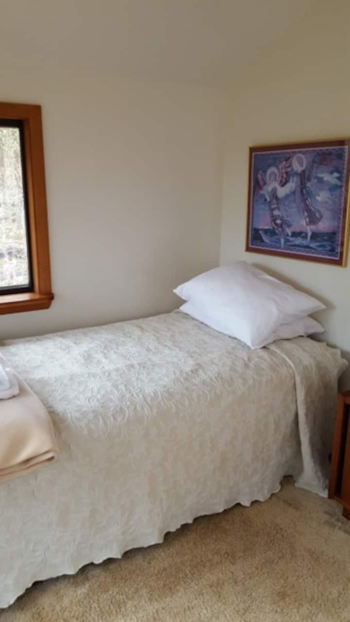 Sevenoaks Retreat Center: Summer House Cabin
