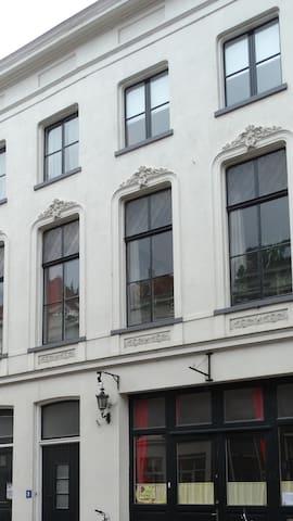 Rustig appartement in een Rijksmonument uit 1860.