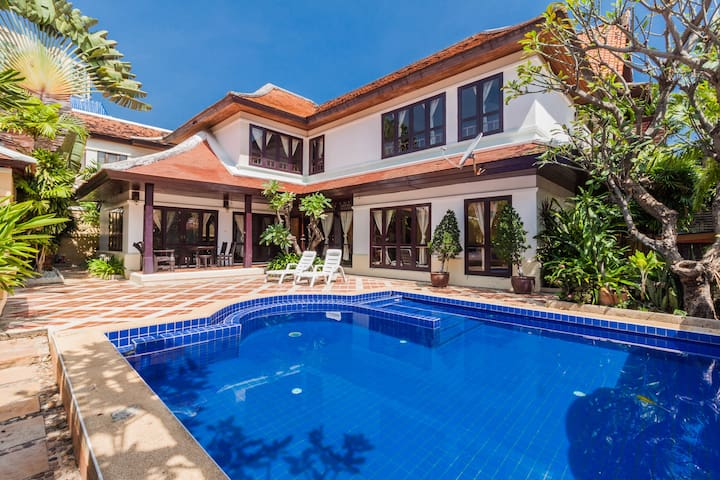 Charming 3 Bedroom Pool Villa close to Walking St