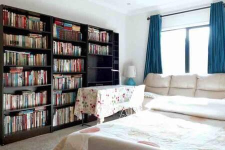 18平米阳光大书房双人大床可加单人床和床褥地铺 - Keysborough - 住宿加早餐
