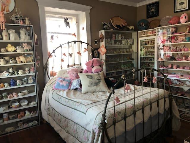 Where Pigs Fly Farm (Room 1)