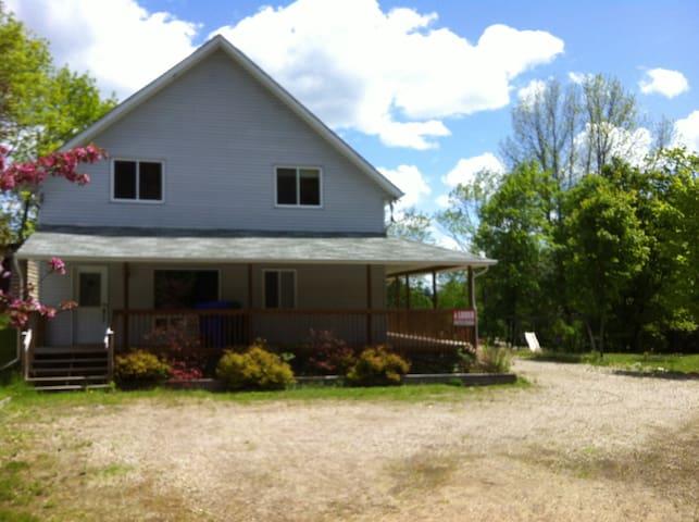 Maison chaleureuse et vue splendide - Lac-Simon - Casa