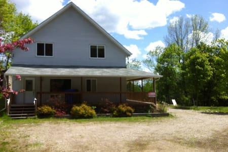 Maison chaleureuse et vue splendide - Lac-Simon - บ้าน
