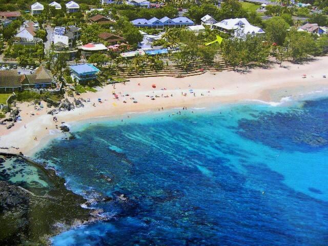 emplacement de l'appartement indiqué par une flèche verte , plage de Boucan Canot