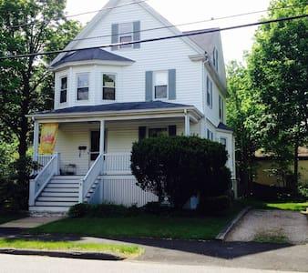 Room for Rent, downtown Danvers-off-street parking - Danvers - Maison