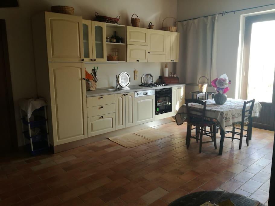 Luminoso soggiorno con cucina