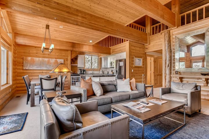Black Bear Lodge #431 | Splendid Top Floor Condo | Vaulted Ceilings | Mountain Views | Private Hot Tub | Two Reserved Parking Spaces | A/C
