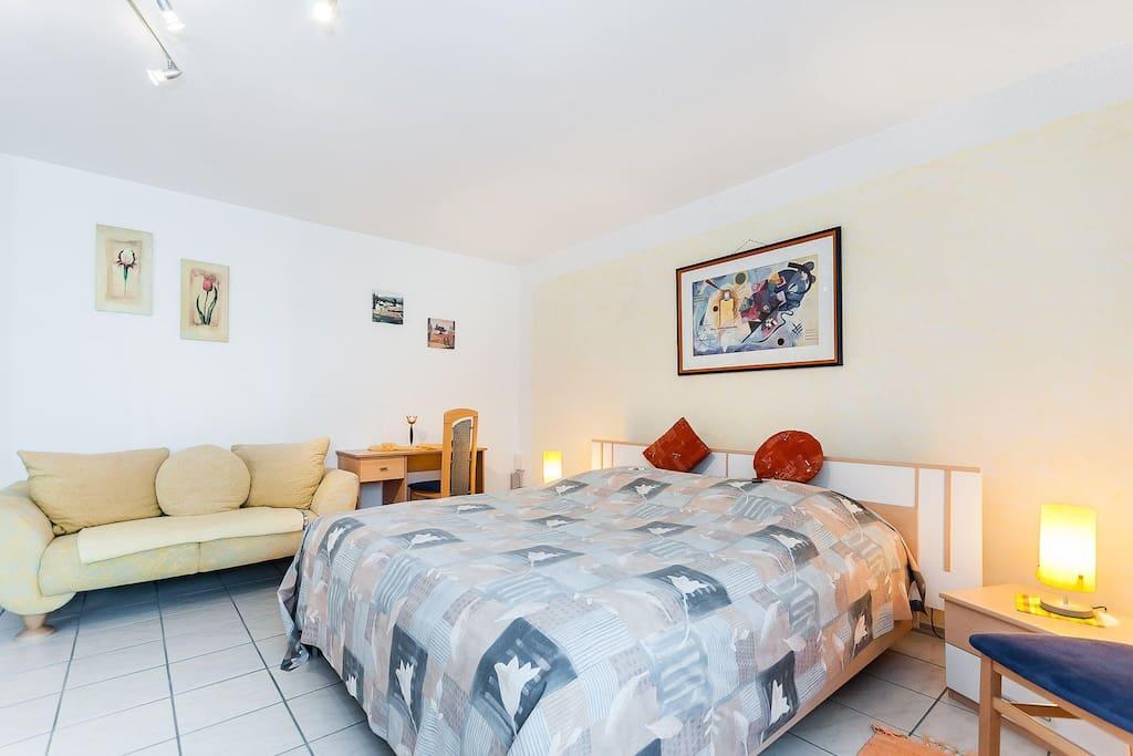 Schlafzimmer 01 mit Couch und Kinderbett sowie großem Kleiderschrank der Ferienidylle Eder / bedroom with couch, baby cot and big wardrobe