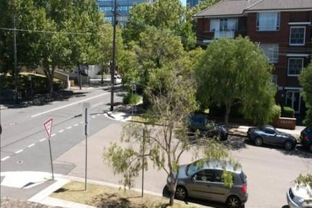 Generous size bedroom close to shops & transport! - Chatswood