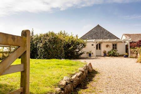 Beach Cottage, sleeps 6 Porthcurno Beach Cornwall - Porthcurno - Ház