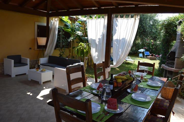 Villetta con veranda e giardino privati sul mare - Donnalucata - Huis