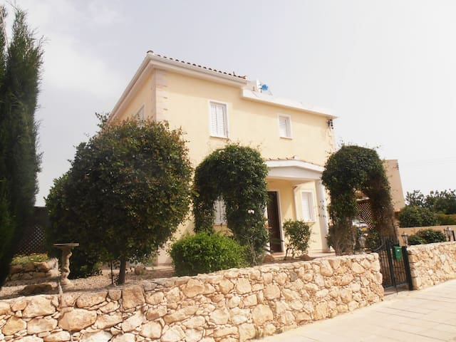 Cyclamen Villa,  Peyia