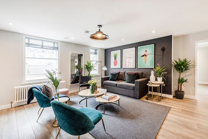 A LUXURY BOUTIQUE 2-BED PENTHOUSE CHINATOWN