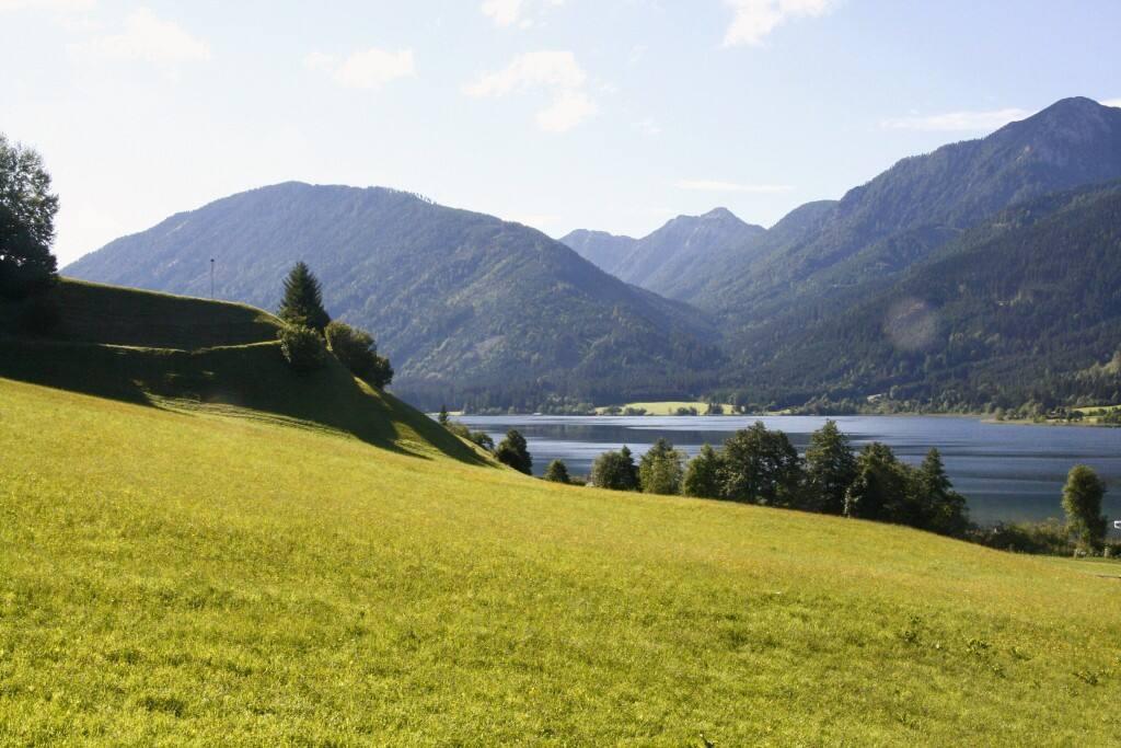 Ausblick über Wiese, See und Berge