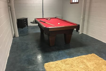 Spacious 3 bedroom Home w/Pool Table - West Des Moines