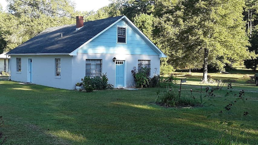 Rural pet-friendly home in Claremont, Surry County