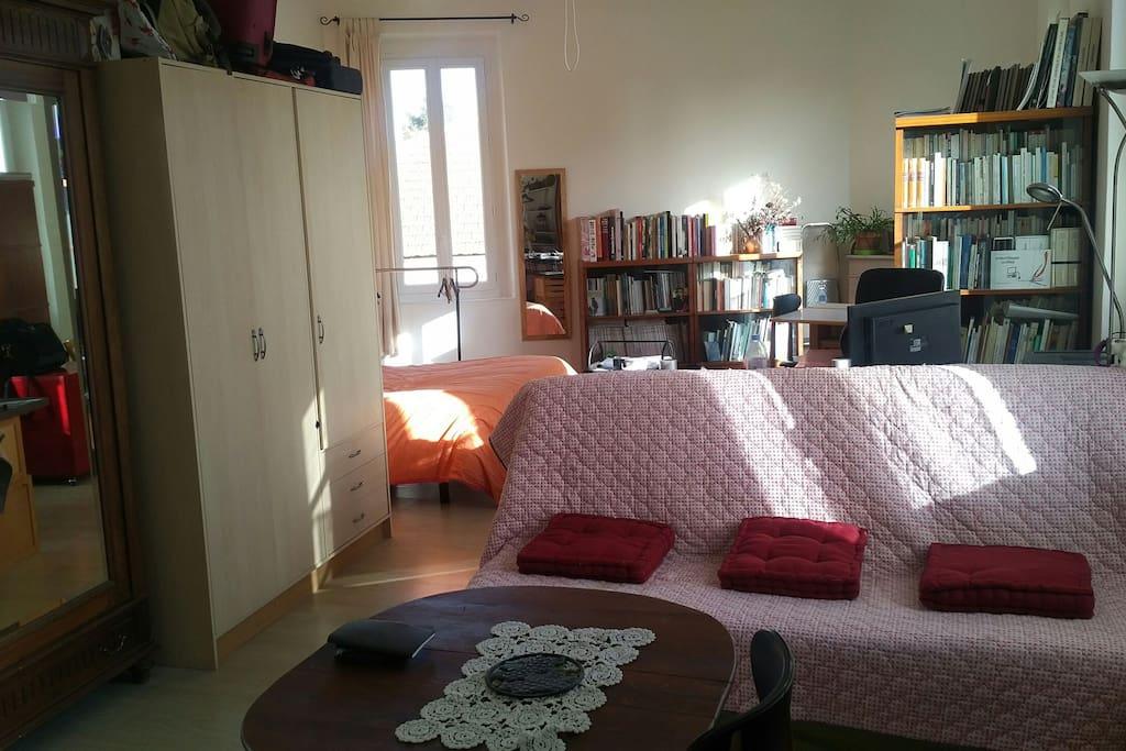 Une fenêtre au nord  (au fond) ; Clic clac au premier plan pour un deuxième lit (séparation partielle possible avec l'autre lit grâce a un volet déroulant) - table ronde pour le petit déjeuner.
