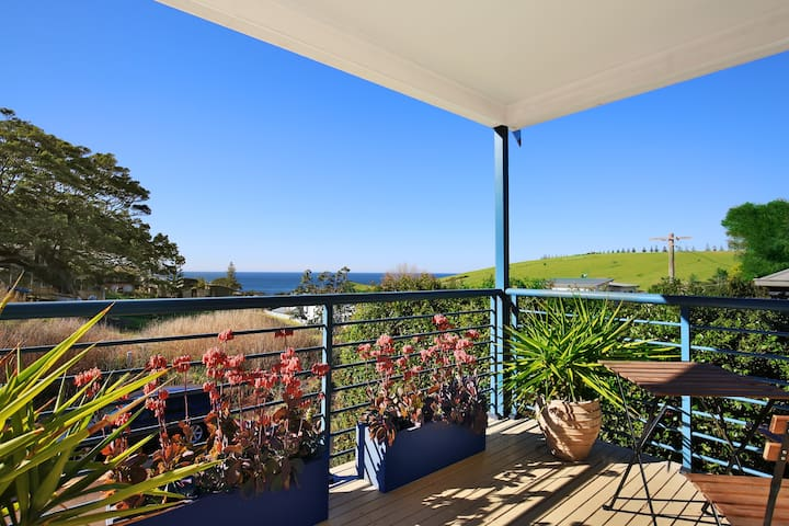 Gerringong Townhouse...a minute to coffee