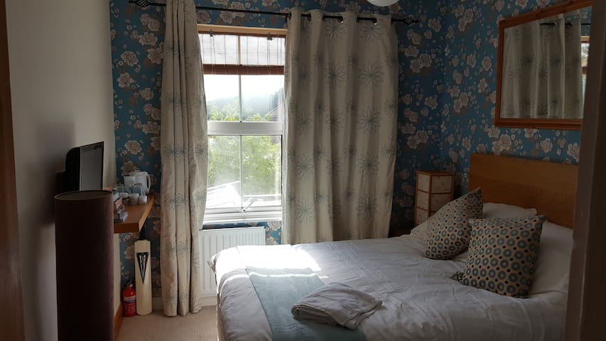 Bright airy double room, with bathroom & parking