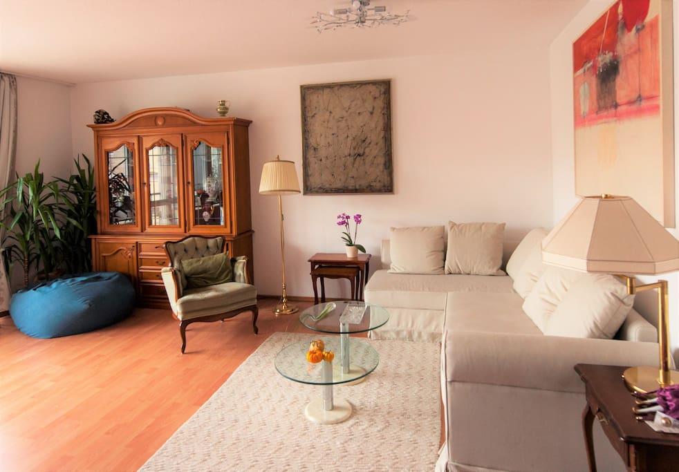 Wohnzimmer mit großem ausziehbarem Sofa für 2 Personen