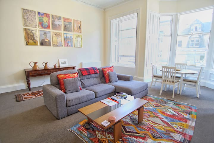 Historic and trendy Edinburgh city centre flat