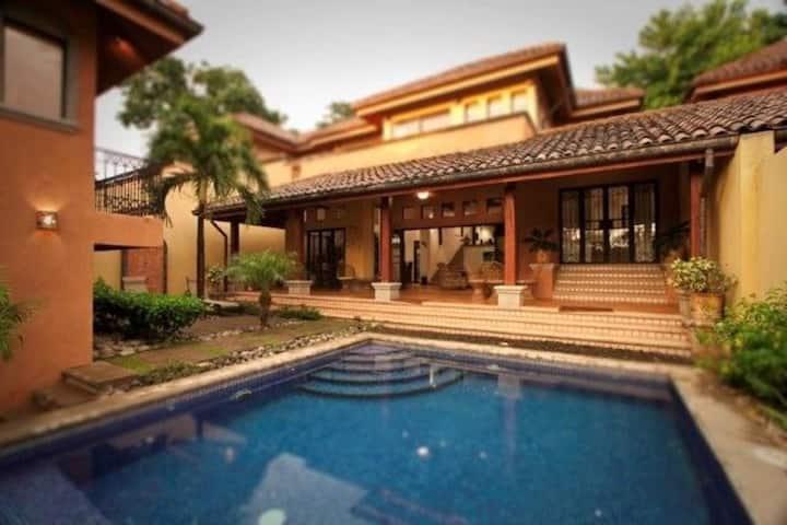 Luxury 4BR Villa in Tamarindo Beach, Private Pool