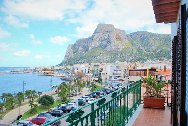 Spectacular Waterfront Holiday Apartment - Palermo - Apartmen