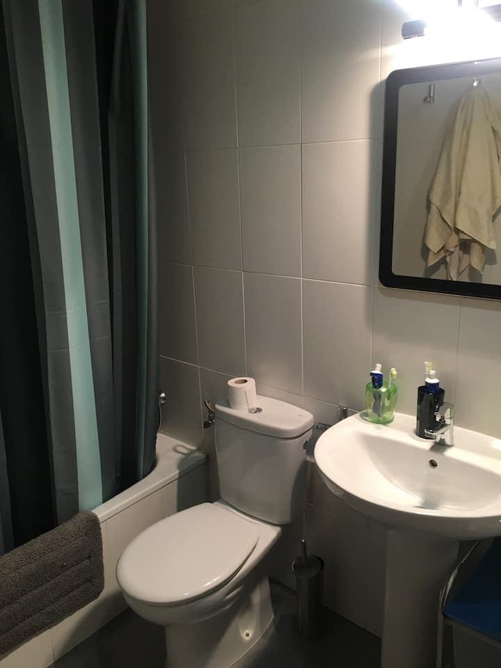Habitación cómoda con tv privada