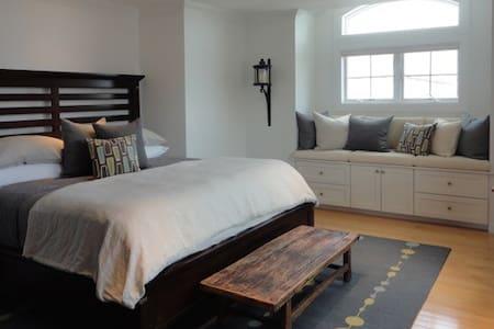 Luxurious Beach Home (Deckside Bedroom) - East Atlantic Beach - アパート