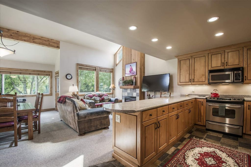 This Three Kings condo, located right at the base of Park City, has ideal features like a gourmet kitchen, luxury furnishings and Clubhouse.