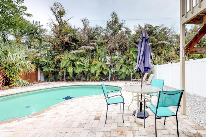 Condo w/ private, heated pool a quick walk from the beach - 1 dog welcome!