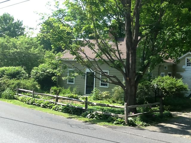 Antique Streamside Cottage - Sharon - House