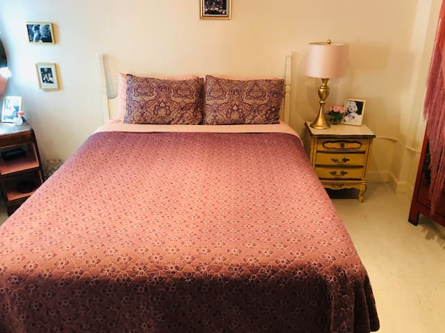 The Marilyn Monroe room has some of her memorabilia around and it includes an attached private full bathroom. You can also choose to share it with your siblings, friends and loved ones. There's also a lager shared bathroom in the unit.