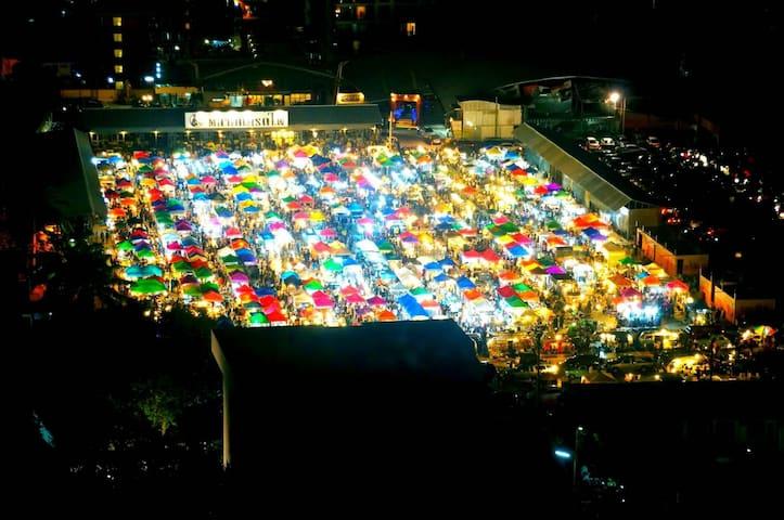 近地铁泰国文化中心站 中国大使馆 光海鲜 火车夜市步行2分半 Big C步行2分半中文服务2BR 6