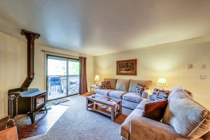 Centrally located condo w/ gas grill & wood fireplace - walk to town/the lake!