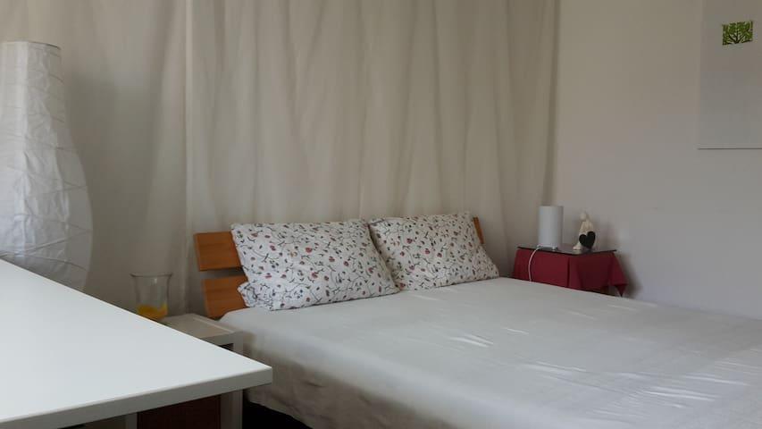 Gästezimmer mit Doppelbett, hell und ruhig