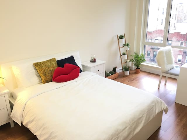 Amazing new private bedroom 5 min to subway