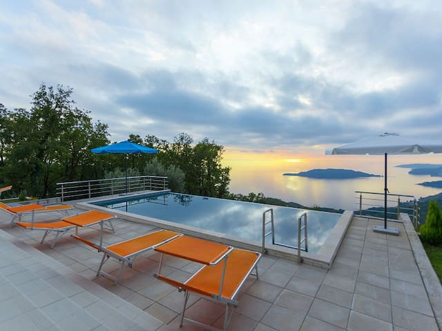 Villa with pool for 8-10 persons