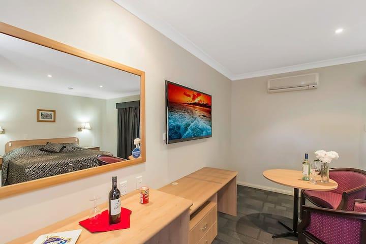 Queen Bed Room @ Bushmans Motor Inn