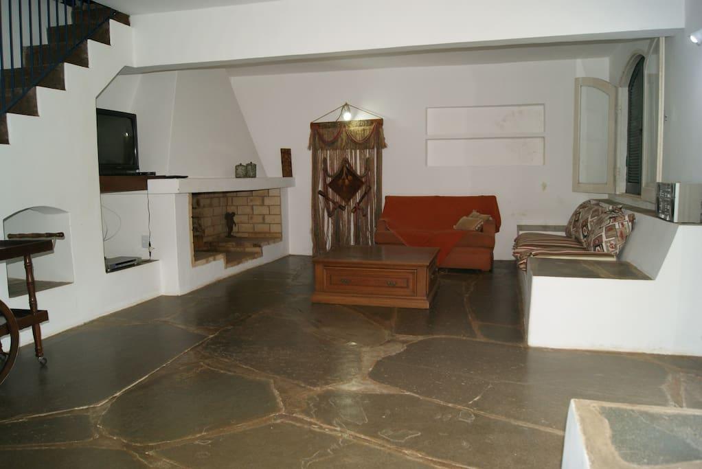 sala de estar com ampla lareira e TV