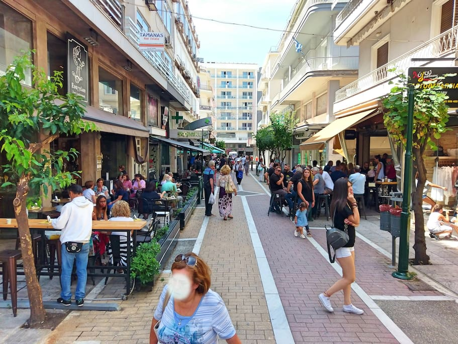 Main Entrance is facing even more Cafe's ,Patisserie ,Pharmacy stores ,Creperie ,Burger House,Gyros bar and many other Eating and shoping options.    Ακόμα περισσότερα μαγαζιά απέναντι απο την κεντρική είσοδο. Ζαχαροπλαστείο ,φαρμακεία ,καφέ ,Κρεπερί,Burger House & πολλά πολλά άλλα.