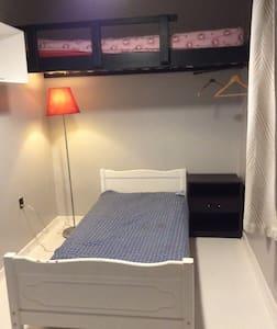 Lille værelse med adgang til køkken og bad - Viborg - Ev