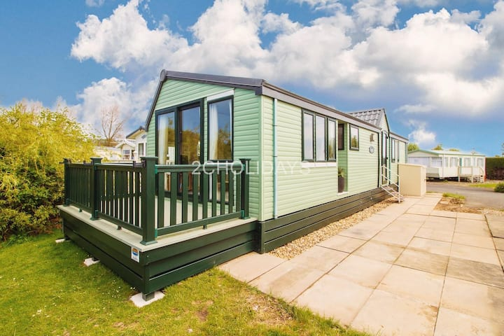 Luxury caravan with decking and stunning lake views at Southview ref 33002ML