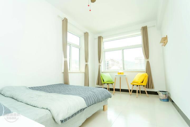 """房名""""满天星"""" 此房间为不爱吹空调的客人准备 灯为三挡风扇灯 床品为纯棉四件套"""