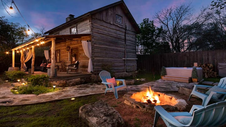 Hidden Treasures Cabin, private hot tub, fireplace