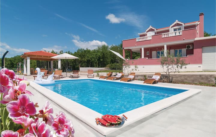Stunning home in Dugopolje with WiFi, 4 Bedrooms and Outdoor swimming pool
