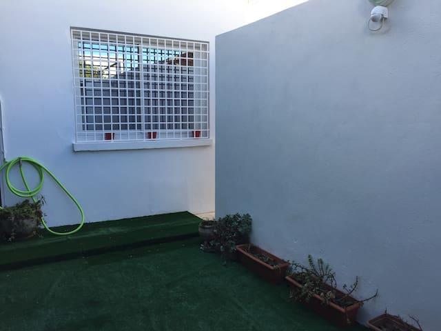 Terrasse couverte de Tapis gazon, pouvant stationner une voiture, bien orientée et intime. Très agréable